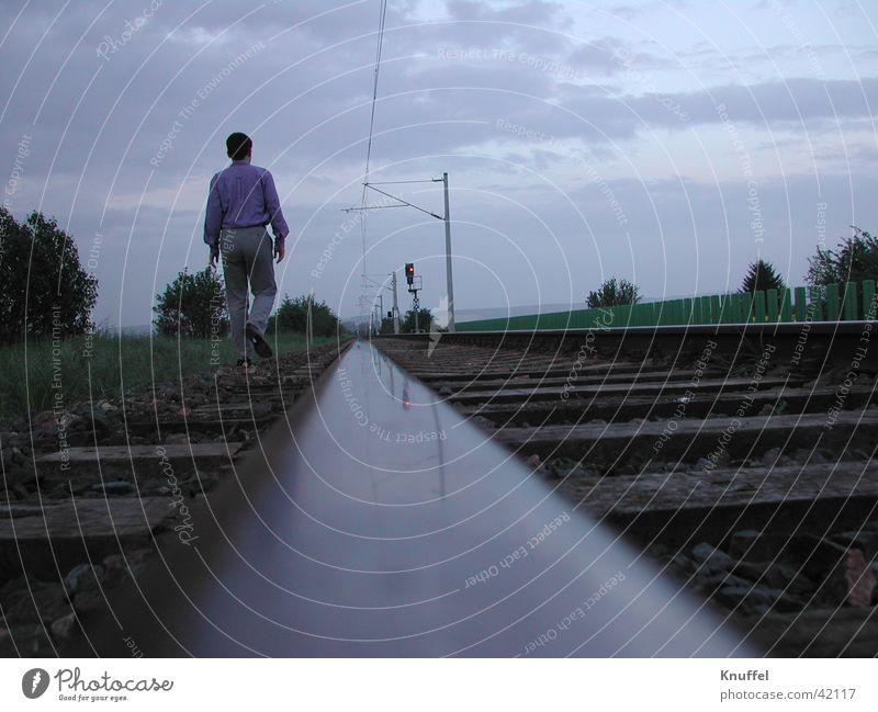 walk away Mensch Einsamkeit wandern laufen Gleise Fototechnik