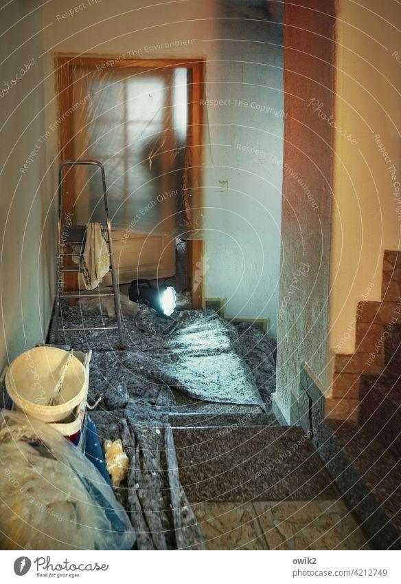 Innenausbau Tür Wand Sanierung Renovieren Stehleiter Abdeckung Farbe Arbeit Treppe Farbeimer abgehängt Folie Plane Schutz Baustelle Menschenleer Sanieren
