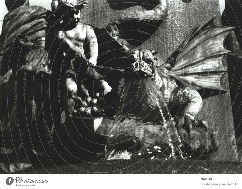 Teufelsbrut Monster böse Brunnen Wasser Stein Kette Zürich