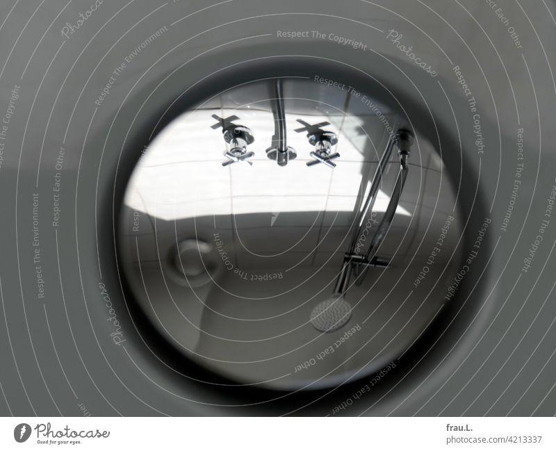 Reflexionen eines Ablaufdeckels. Dusche Amaturen Duschkabine Fliesen u. Kacheln Dusche (Installation) Duschkopf Sauberkeit