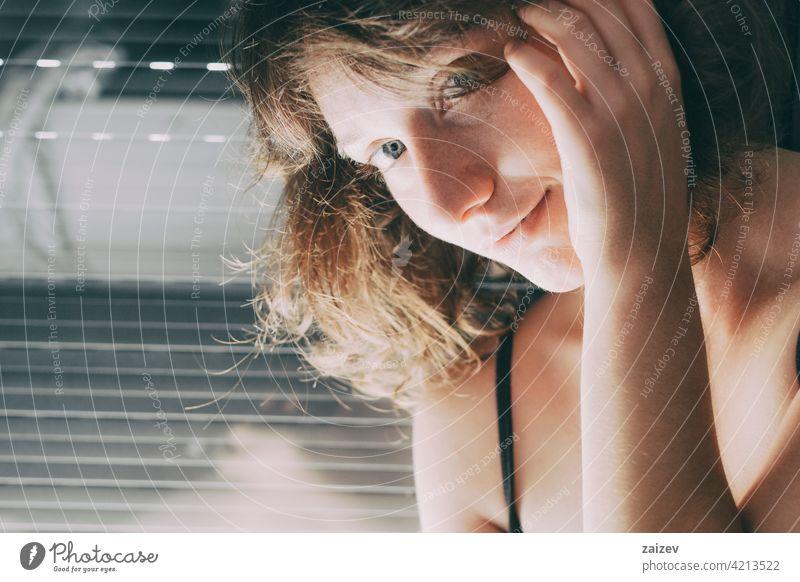 junge Frau mit blauen Augen und kurzen Haaren in ihrem Haus Erwachsener kaukasische Ethnizität Freizeitkleidung Schönheit Nur eine Frau schwarz gebaute Struktur
