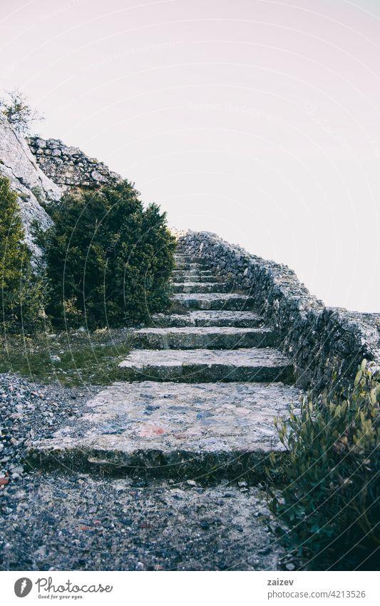 Langgestreckte Steintreppen, die in den Himmel aufsteigen Treppe Laufmasche Weg Freitreppe Spaziergang Aufstieg Treppenhaus Straße Lebensalter Entwicklung Regie
