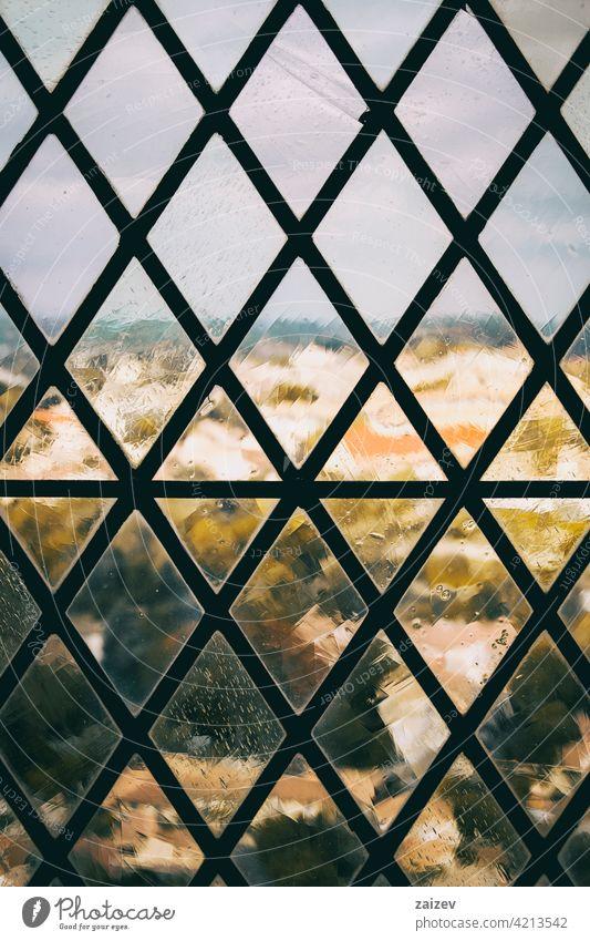 Fenster mit Gitter mit schmiedeeisernem Muster Schmieden Schutz verziert Borte Kurve Anwesen sicheres privat Sicherheit Rahmen Ornament Begrenzung Stab Eleganz