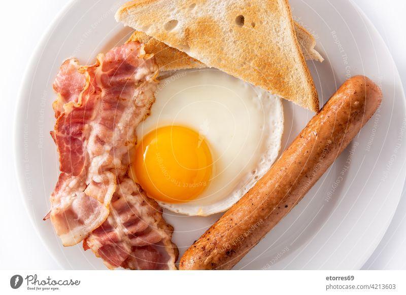 Traditionelles amerikanisches Frühstück mit Spiegelei, Toast, Speck und Würstchen Amerikaner Brot Brunch kontinental Speise Ei Fett Lebensmittel gebraten satt