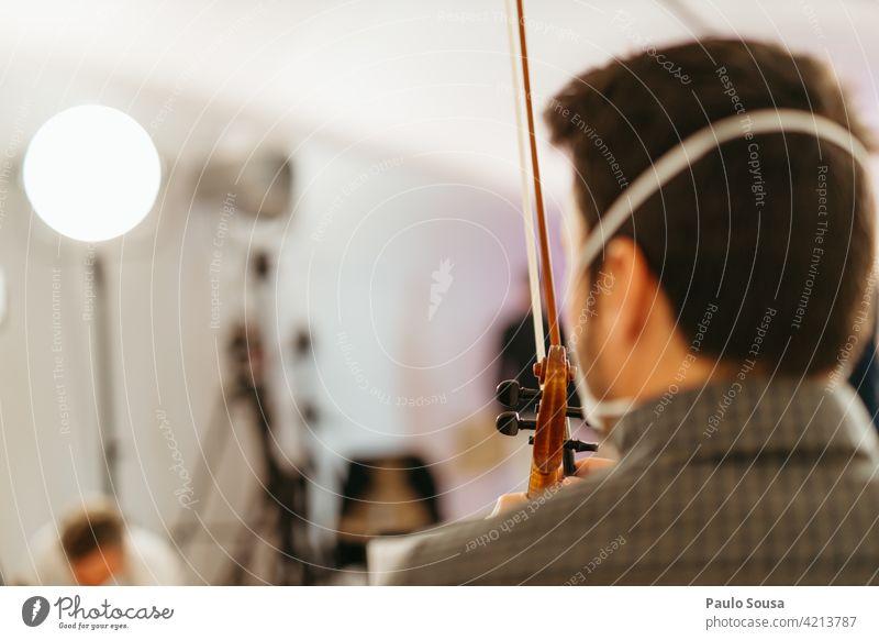 Rückansicht Geiger mit Gesichtsmaske unkenntlich Musik Musiker Mensch klassisch Innenaufnahme Musikinstrument Klassik Kunst Instrument Farbfoto Konzert Schleife