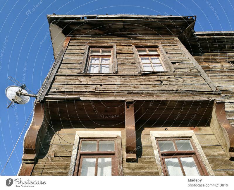 Schönes altes Holzhais aus osmanischer Zeit vor blauem Himmel in Tarakli bei Adapazari in der Provinz Sakarya in der Türkei Haus Holzhaus Gebäude Altbau