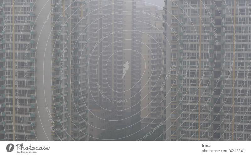 chinesische Hochhäuser im dichten Smog in Peking. Luftverschmutzung China Millionenstadt Wohnblock Hochhaus Architektur Großstadt überbevölkert beengend