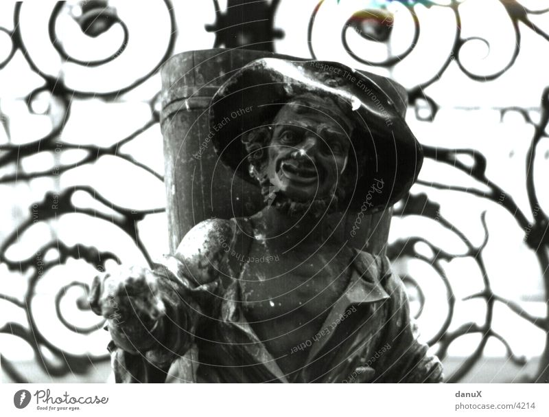 Kobold Fabelwesen Bildhauerei Stein Steinstatue Steinskulptur skulptural Schwarzweißfoto Steinfigur Gegenlicht