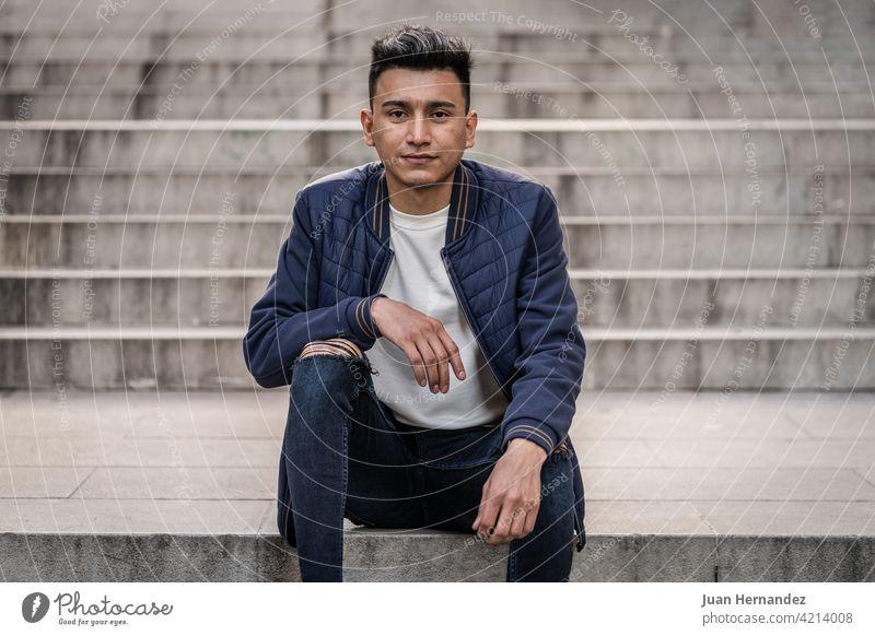 Hispanischer Mann in Jeans und Freizeitjacke jung hispanisch tragend Jeanshose lässig Jacke Typ Latein lateinamerikanisch Ausdruck gutaussehend eine Person cool