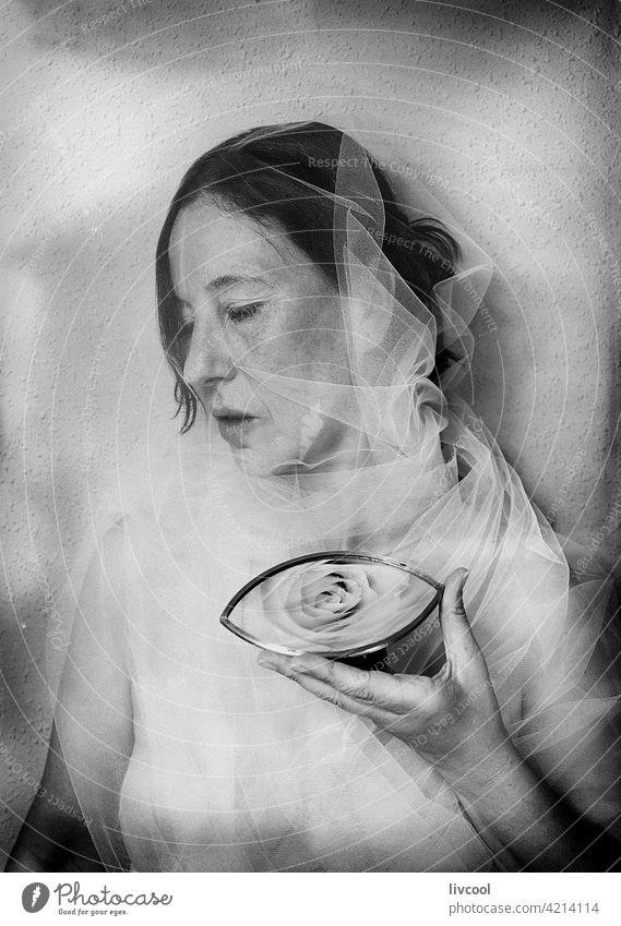 Frau unter weißem Tüll II schwarz auf weiß retro Antikstil altehrwürdig Menschen Schönheit sinnlich nostalgisch weißer Tüll romantisch Einstellung Silhouette