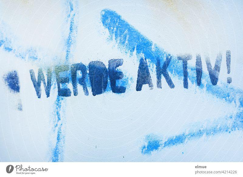 """"""" WERDE AKTIV ! """" hat jemand in blauer Farbe auf die mit hellblau besprayte Wand aufgesprüht / aktiv sein / handeln werde aktiv sprayen besprühen Graffito"""