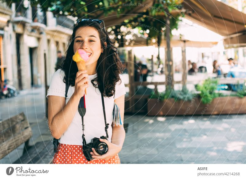 Glückliche junge schöne Tourist Frau genießt ein großes Eis Speiseeis Essen Baggerlöffel Zapfen reisen Urlaub Erfrischung Feiertag Snack Lebensmittel Großstadt