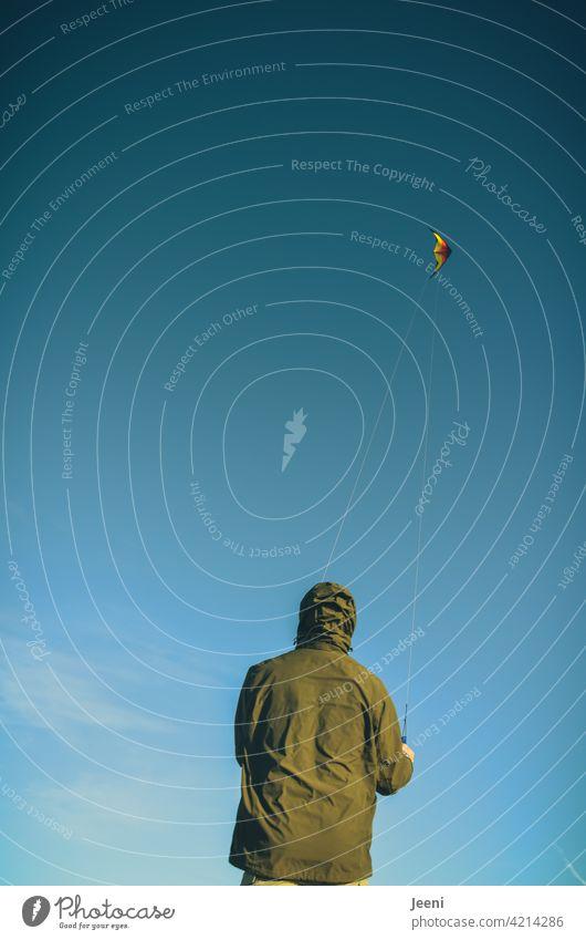 Drachen steigen lassen Drachenfliegen drachensteigen drachen steigen Himmel blau Wolkenloser Himmel wolkenlos Wind Freude Freizeit & Hobby freizeit Mann Mensch