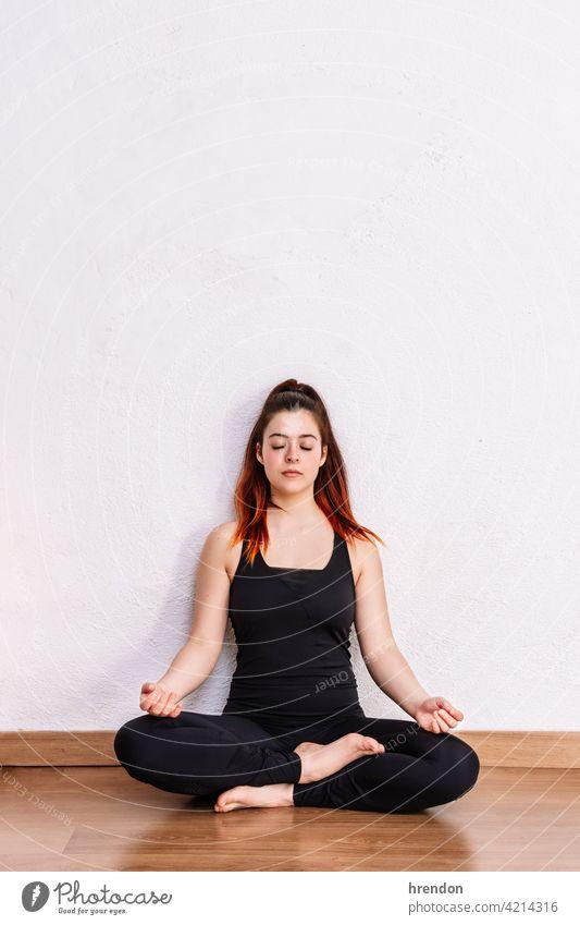 Frau praktiziert Yoga und meditiert im Lotussitz meditierend Meditation Übung Erholung Fitness Pose üben Geist passen sich[Akk] entspannen Frieden Wellness
