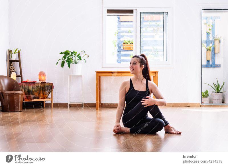 Mädchen dehnt sich vor dem Training Übung strecken trainiert. Fitness passen Muskel sportlich Sportbekleidung Athlet Dehnung Yoga im Innenbereich