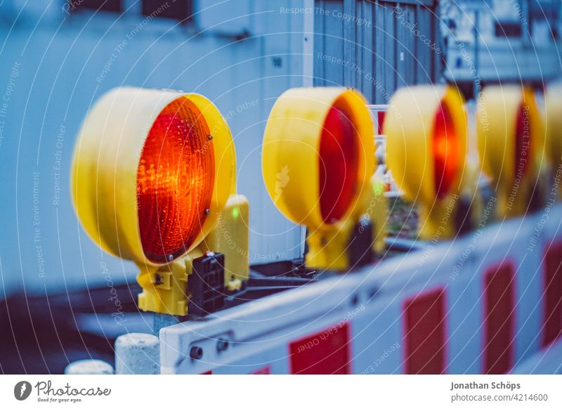Baustellenzaun Vollsperrung mit roter Lampe Absperrung Schilder & Markierungen Verkehrswege Arbeit & Erwerbstätigkeit signalisieren Signalfarbe baustellenlicht