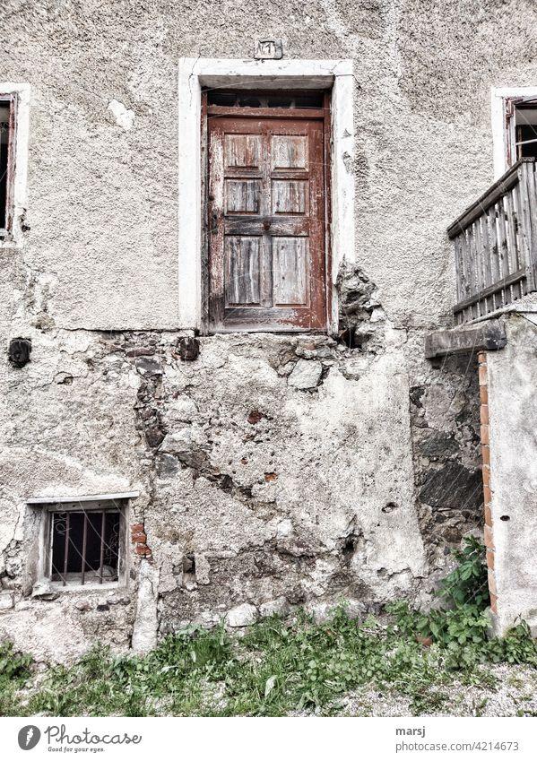 Haus Nr.1. Wenn das Geld nicht mehr für eine Treppe gereicht hat. Haustüre verwittert alt Denkmalschutz Architektur Gebäude Fassade Bauwerk historisch Wand