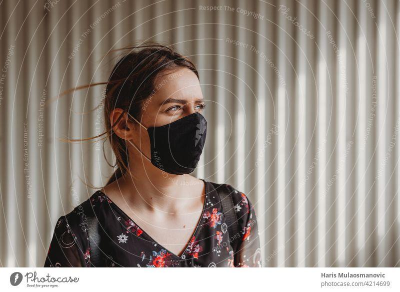 Frau mit Gesichtsmaske schaut weit in die Ferne Erwachsener Amerikaner Angst apokalyptisch schwarz atmen Kaukasier Farbe Konzept Coronavirus Bund 19