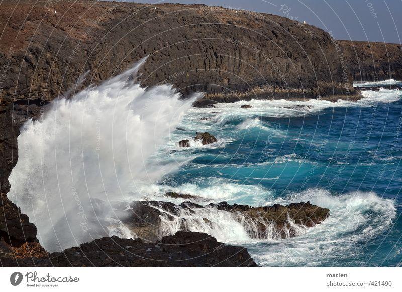 wutsch Umwelt Natur Landschaft Wasser Himmel Wolkenloser Himmel Sonnenlicht Wetter Schönes Wetter Wind Hügel Felsen Wellen Küste Bucht Meer blau braun weiß