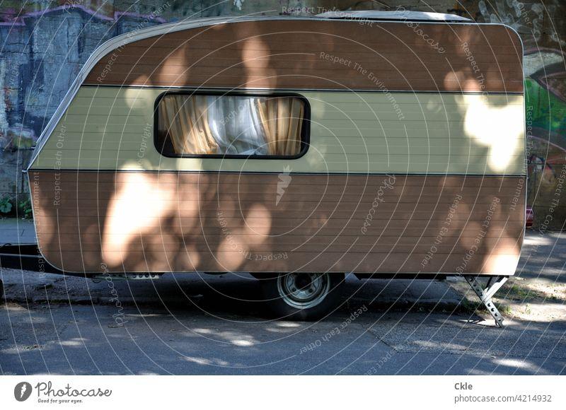 Wohnwagen auf Stellplatz in Licht und Schatten Camping Ferien & Urlaub & Reisen Wohnmobil Freizeit & Hobby Fenster Mobilität Parkplatz Freiheit Campingplatz