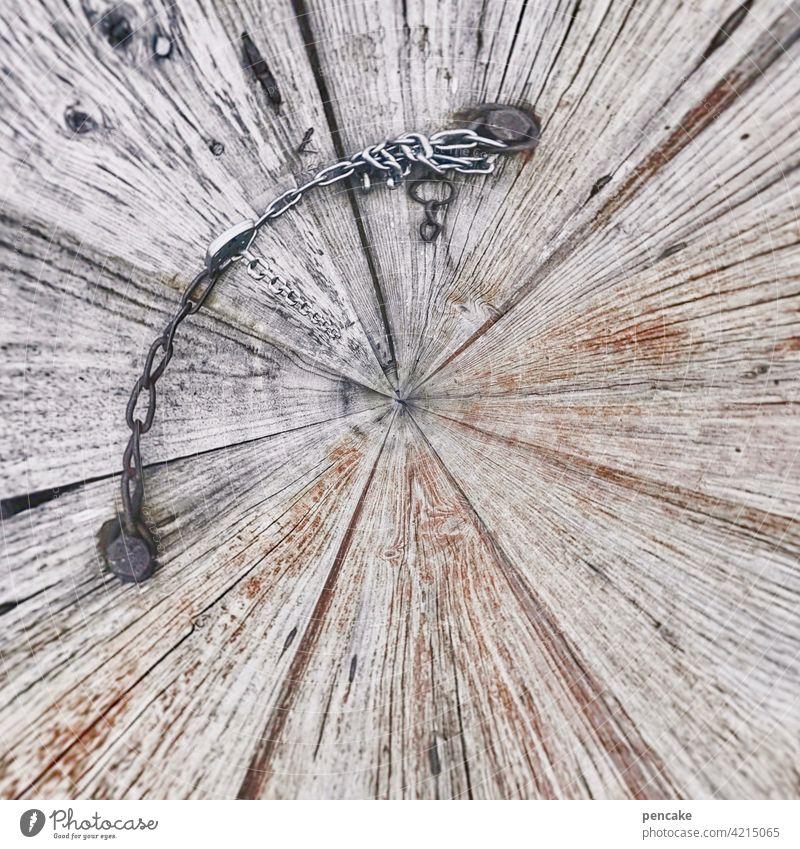 drehwurm geschlossen Holztüre biegen drehen Drehwurm Eisenkette rund verborgen alt Fassade Gebäude Kette Effekt tiny planet Detailaufnahme Rost Metall