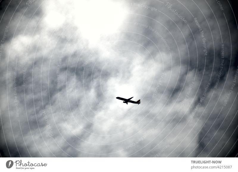 Da fliegen sie wieder! Ein großes Passagierflugzeug wohl vom legendären BER Airport kommend und noch im Steigflug begriffen ist sicher auf dem Weg nach Malle, wo sie doch immer hin wollen, alle...