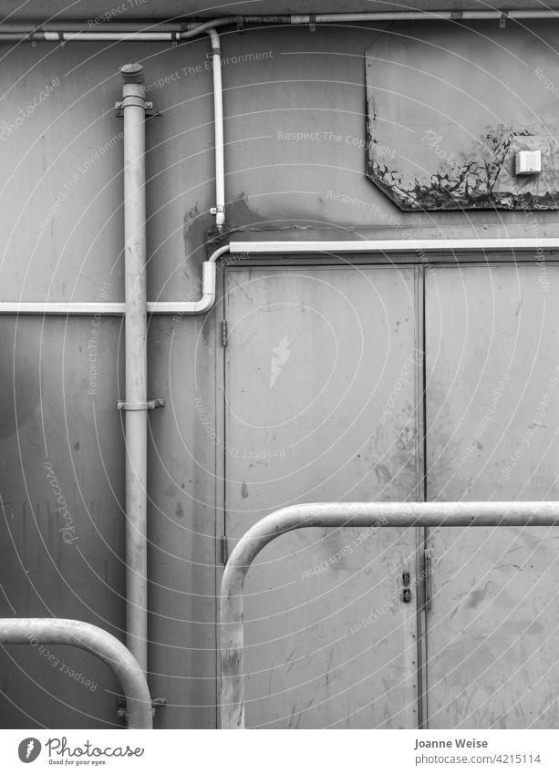 Industriegebäude mit Rohrleitungen. industriell Industriebetrieb Industriearchitektur Architektur grau grobkörnig dreckig Industriefotografie Bauwerk Gebäude