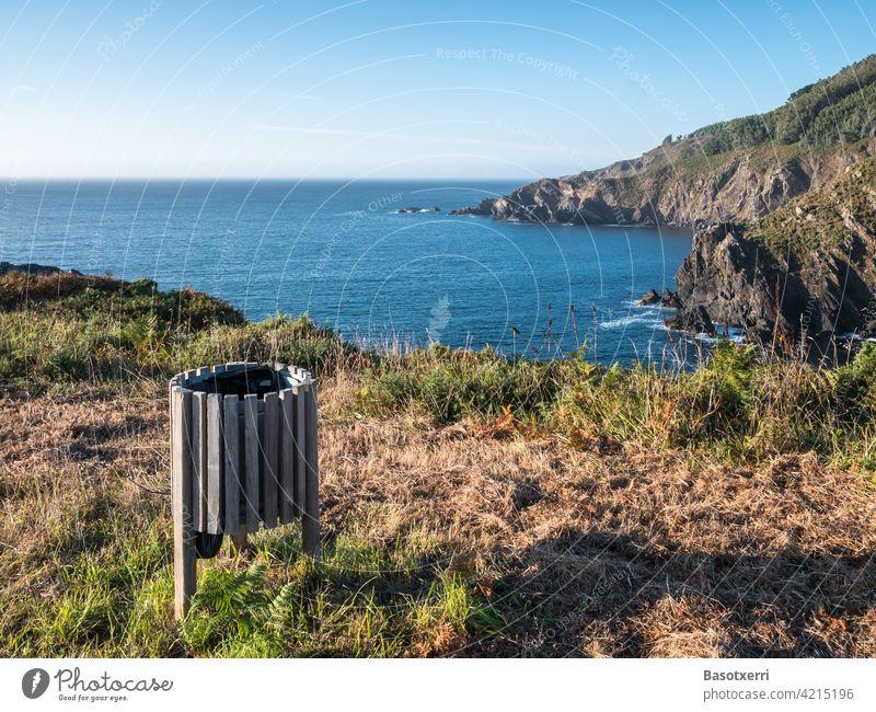 Der beste Abfalleimer der Welt. Sonnenuntergang an der Atlantikküste bei Cedeira, Rías Altas, Galicien, Spanien. Papierkorb wegwerfen Müll Müllentsorgung