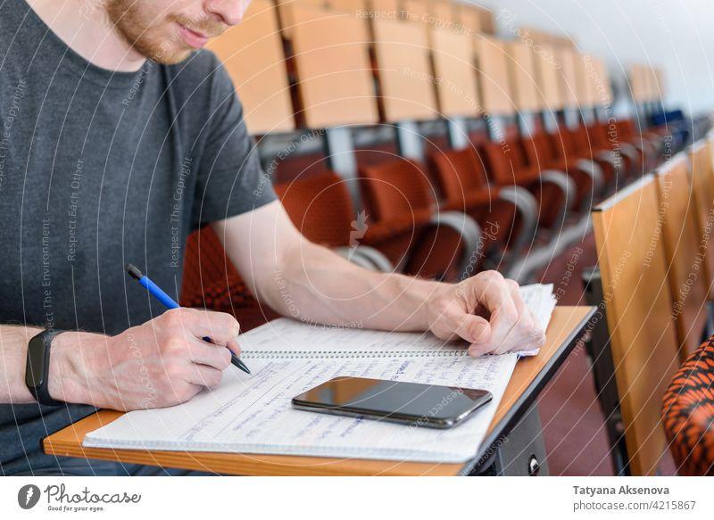 Mann Student in leerem Klassenzimmer männlich Bildung Schüler Klassenraum studierend zurück zur Schule Gymnasium Lernen Sicherheit Person im Innenbereich Schutz