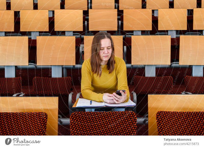 Frau mit Smartphone Telefon Mitteilung Technik & Technologie Erwachsener benutzend Mobile Internet Nachricht Anschluss Handy Texten im Innenbereich online Blick