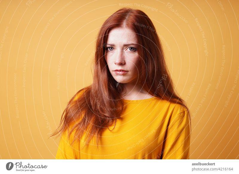 traurige junge Frau, die besorgt und deprimiert aussieht unglücklich betroffen Sorge Person Nervös Anspannung Depression Menschen Mädchen Porträt Kaukasier