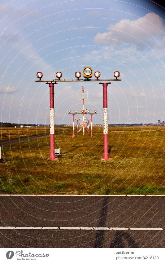 Befeuerung des ehemaligen Flughafens Berlin-Tegel berlin ferne flugbahn flughafen flugplatz freiheit frühling himmel horizont menschenleer rollbahn skyline