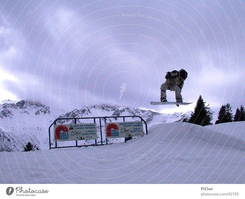 Snowboard Style Wolken Winter Schnee Geländer Schneebedeckte Gipfel Werbung Winterurlaub Freestyle Bergkette Snowboarding Schanze Snowboarder Schneehaufen