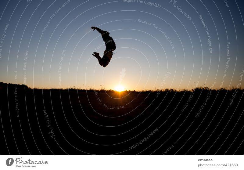Bogenspannung Mensch Himmel Jugendliche Ferien & Urlaub & Reisen Mann blau Sommer Sonne Erholung Freude schwarz Erwachsene Sport Freiheit Stil springen