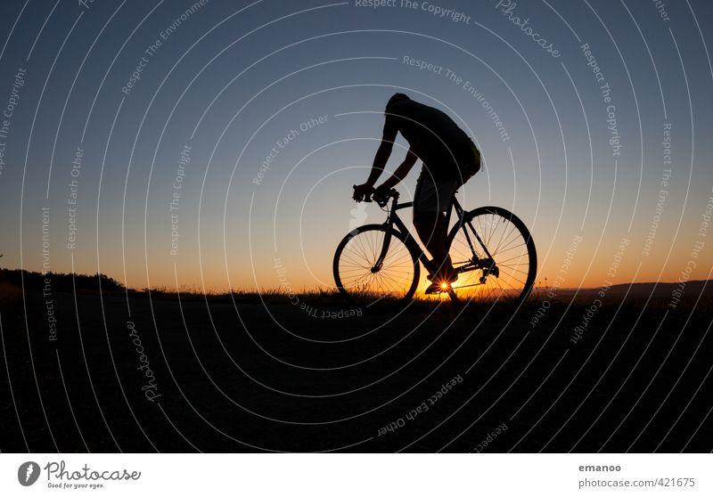 sunset cyclist Mensch Himmel Natur Mann Ferien & Urlaub & Reisen blau schwarz Erwachsene Straße Sport Gras Wege & Pfade Horizont Körper Freizeit & Hobby Kraft