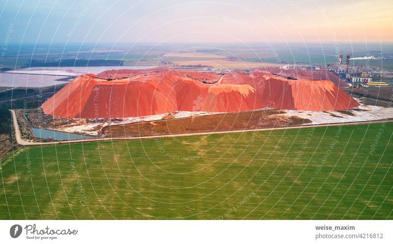 Extrahieren von Bergbau Kalium, Magnesium Salze Mineralien. Große Bagger-Maschine, Berge von Abfall-Erz. Weißrussland, Soligorsk extrahierend Pottasche