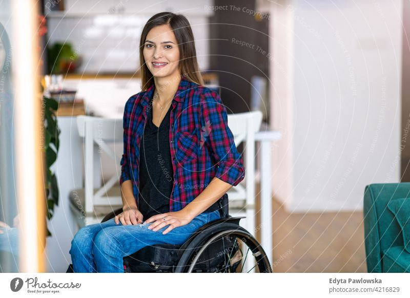 Junge Frau im Rollstuhl in ihrem Haus häusliches Leben Behinderung deaktiviert Selbstvertrauen unabhängig im Innenbereich heimwärts Menschen jung Erwachsener