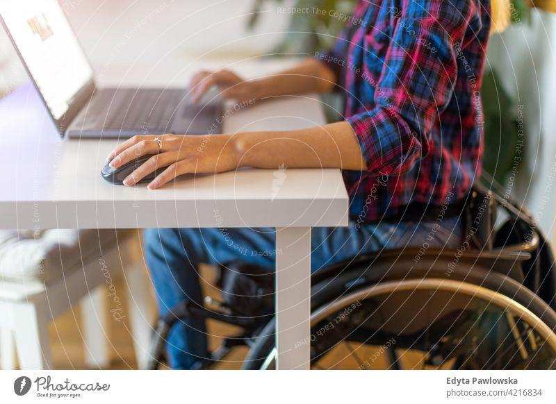 Frau im Rollstuhl benutzt Laptop im Büro häusliches Leben Behinderung deaktiviert Selbstvertrauen unabhängig im Innenbereich heimwärts Haus Menschen jung