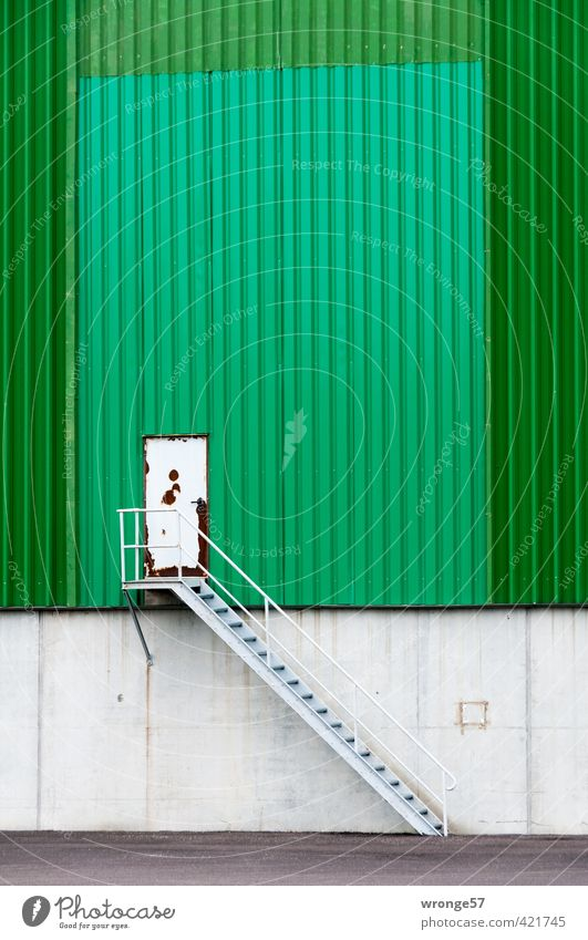 Anstrich erhofft. Industrieanlage Gebäude Silo Speicher Mauer Wand Treppe Tür grau grün Stahlblech Aufgang Autotür Rost alt Farbfoto mehrfarbig Außenaufnahme