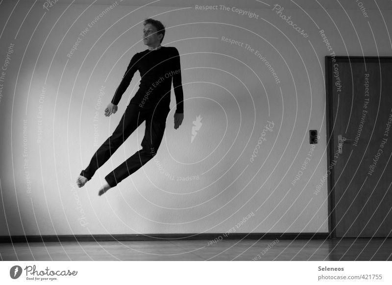 Freiflug Mensch Mann Erwachsene Wand Mauer fliegen Wohnung maskulin Raum Häusliches Leben Schwerelosigkeit