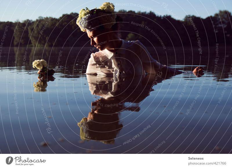 Blumenkind Mensch Frau Himmel Natur Jugendliche Wasser Sommer Sonne Landschaft 18-30 Jahre Umwelt Erwachsene feminin Küste Schwimmen & Baden