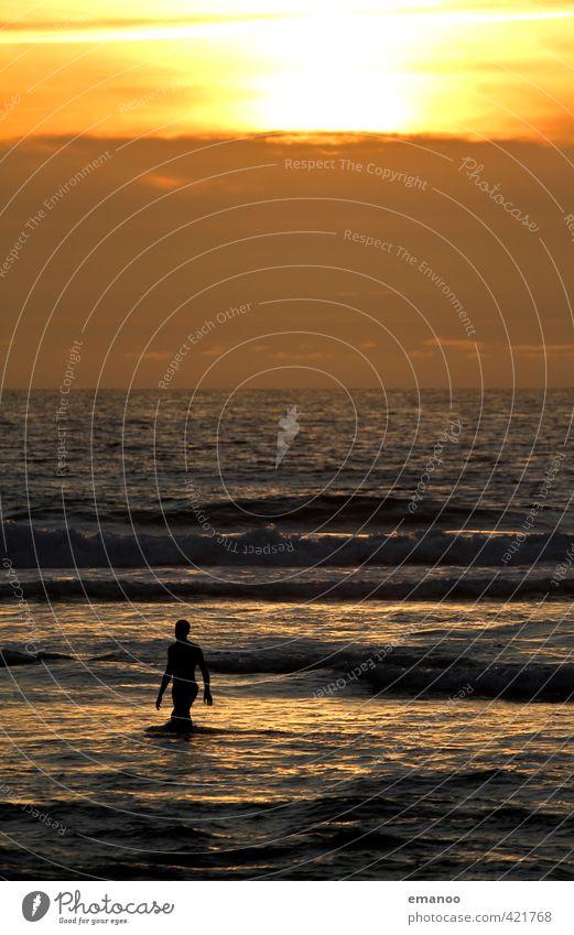 Ein Abend am Meer Mensch Himmel Jugendliche Mann Ferien & Urlaub & Reisen Wasser Sommer Sonne Freude Strand Junger Mann Erwachsene Wärme Freiheit