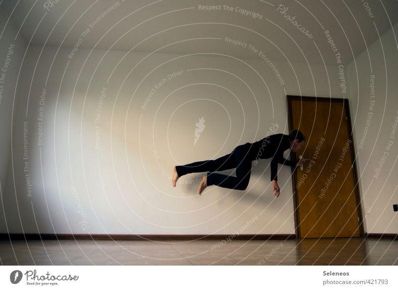 Freitag um eins Sport Sportler Arbeit & Erwerbstätigkeit Mensch maskulin 1 Mauer Wand Tür fliegen springen Geschwindigkeit Flucht Barfuß Innenarchitektur Raum