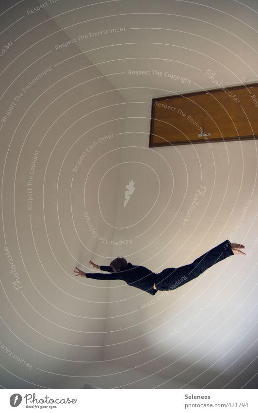 durch Raum und Zeit Mensch Mann Haus Erwachsene Wand Sport Spielen Innenarchitektur Mauer Gebäude Holz springen fliegen maskulin Wohnung