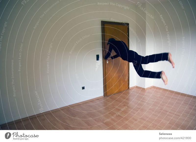 Nix wie raus hier! Sport Mensch maskulin Mann Erwachsene 1 Mauer Wand Tür T-Shirt Hose rennen fliegen springen sportlich Geschwindigkeit Bewegung Bodenbelag