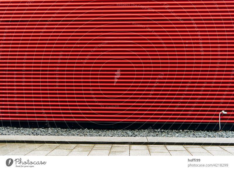 rote Wellblechfassade mit Erdungskabel Wellblechwand urban rot gestreift minimalistisch Fassade rote fassade Wand Linie Design modern Moderne Architektur