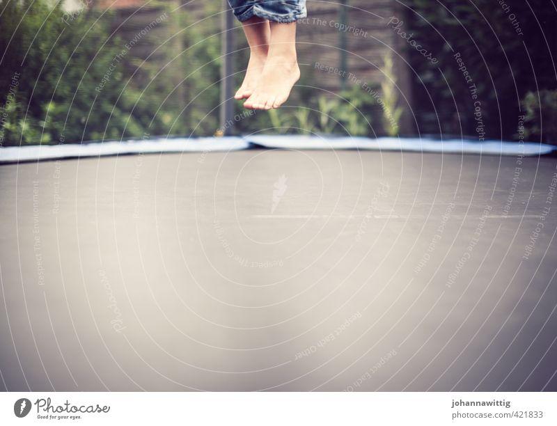 schwerelos . zwei Junge Freude Vertrauen Leben Fuß Füße hoch Kribbeln aufkommen Boden wirklich Realitätsflucht kopflos Trampolin Dynamik elastisch Luft
