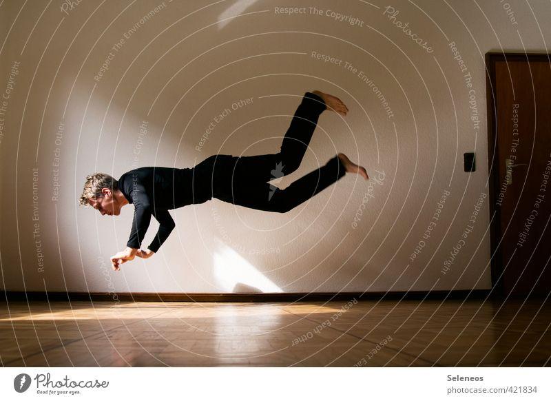 Bodenverfehlung Häusliches Leben Wohnung Innenarchitektur Raum Sport Fitness Sport-Training Sportler Mensch maskulin Mann Erwachsene 1 fallen fliegen springen
