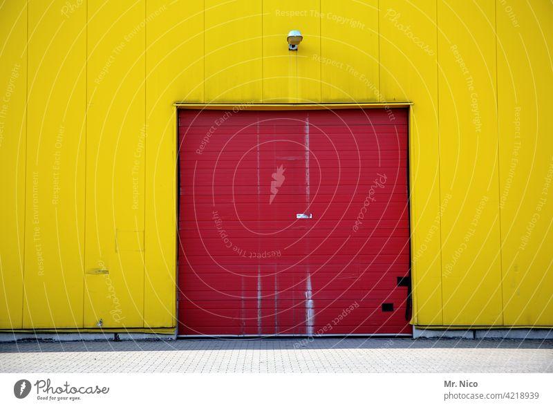 zweifarbig rot gelb Gebäude Tor Fassade Wand Lagerhalle Lagerhaus Handel Arbeitsplatz geschlossen Rolltor Warenlager Wellblech Fabrikhalle Eingang