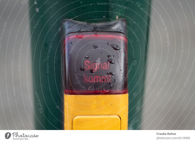 """""""Signal kommt"""" - Knopf an einer Fußgänger-Ampel überqueren Verkehr Verkehrszeichen warten Straßenverkehr Stadt Sicherheit rot leuchten Lichtsignal"""